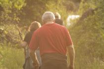 Unos paseantes practican turismo rural en Ávila. Foto: El Diario Rural.