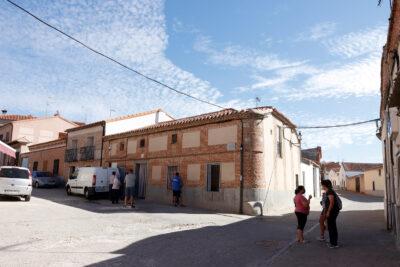 Ciudadanos conversan en una calle en Madrigal de las Altas Torres (Ávila). Foto: Joaquín Terán.